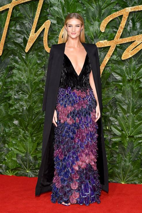 rosie-huntington-whiteley-w-sukni-givenchy-na-fashion-awards-2018